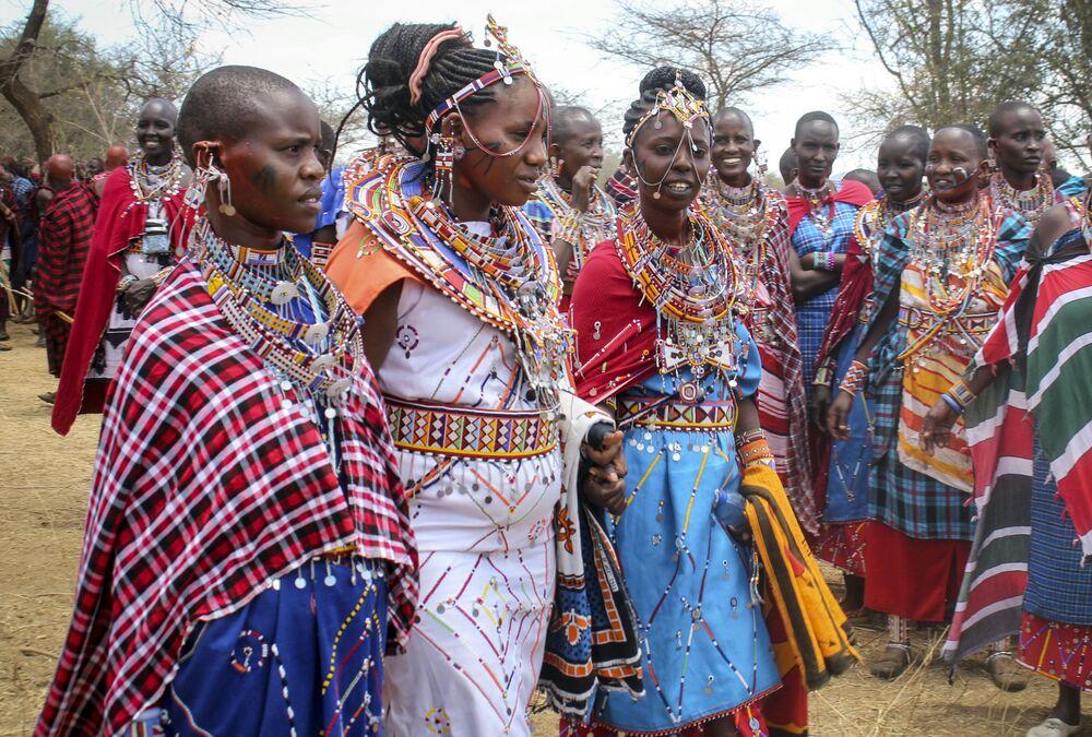 نساء قبيلة ماساي تستعد لحضور احتفالات أولنغيشير (Olng'esherr) عند تلال ماباراشا، بالقرب من كاجيادو في كينيا، 23 سبتمبر  2020