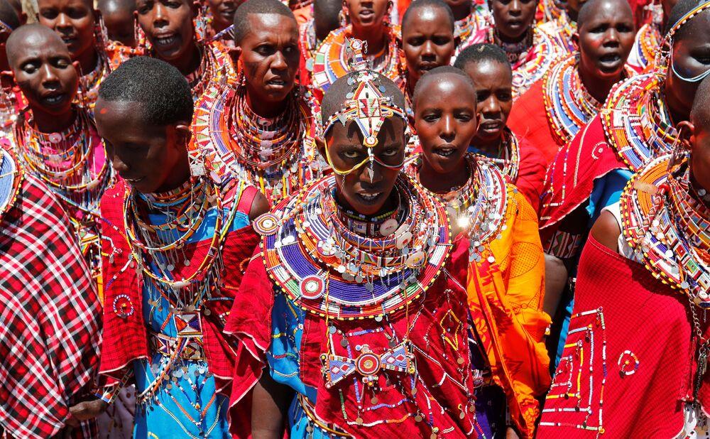 نساء قبيلة ماساي تغني لرجال قبيلتهن أثناء احتفالات أولنغيشير (Olng'esherr) عند تلال ماباراشا، بالقرب من كاجيادو في كينيا، 23 سبتمبر  2020