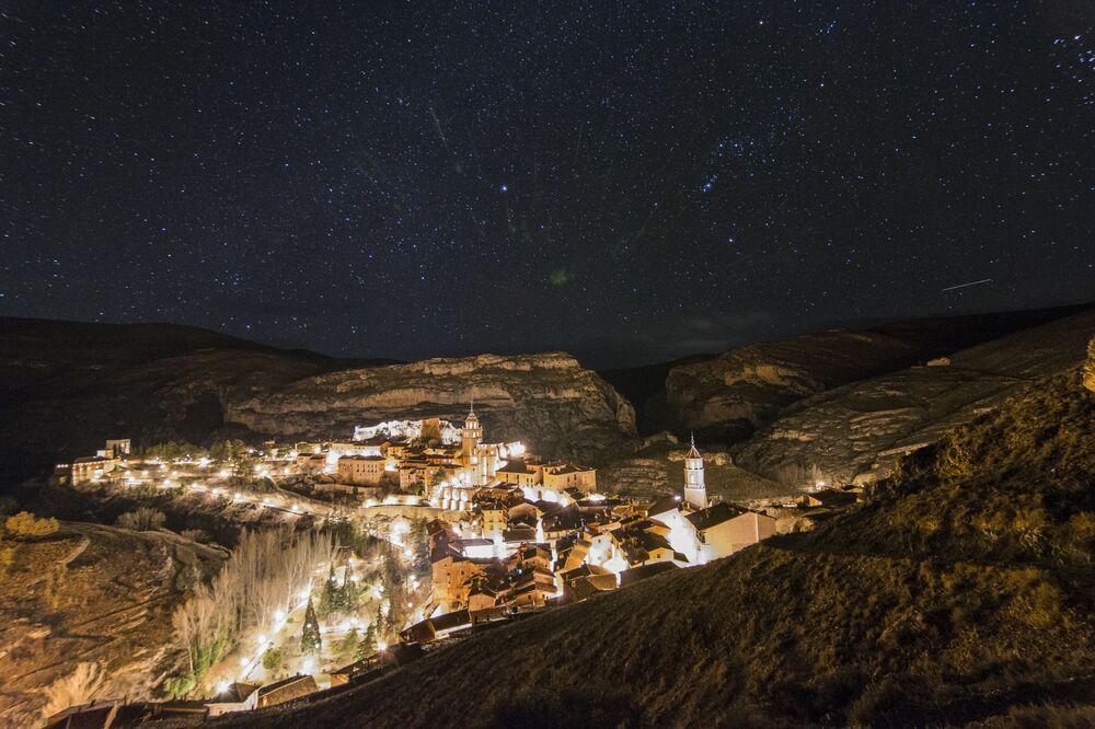 سماء مرصعة بالنجوم فوق قرية ألباراسين في إسبانيا