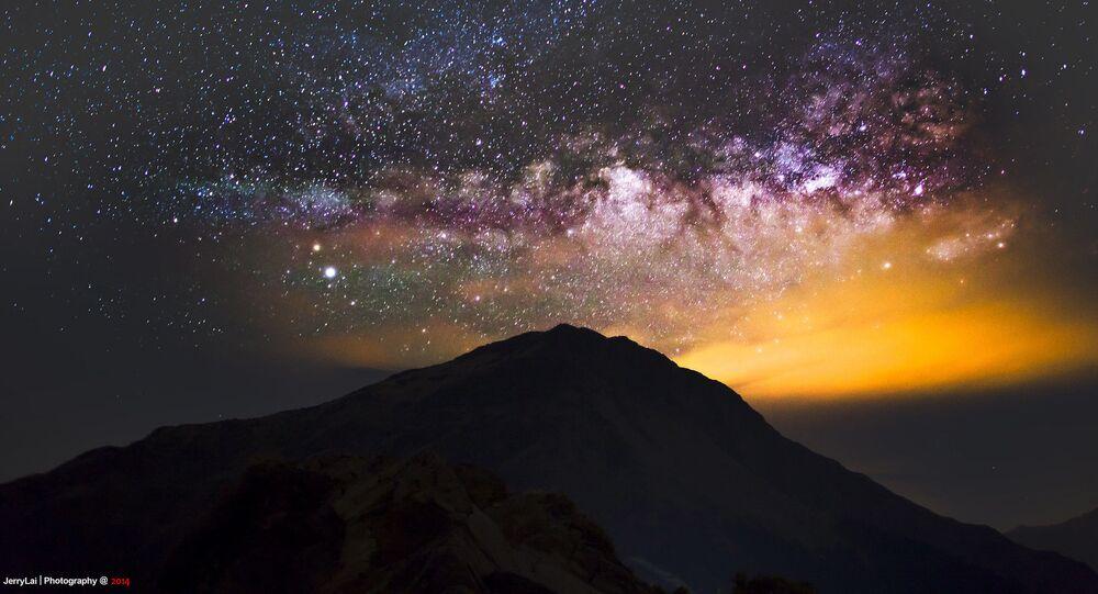 يمكن رؤية مجرة درب التبانة فوق جبل هيوان وسط تايوان