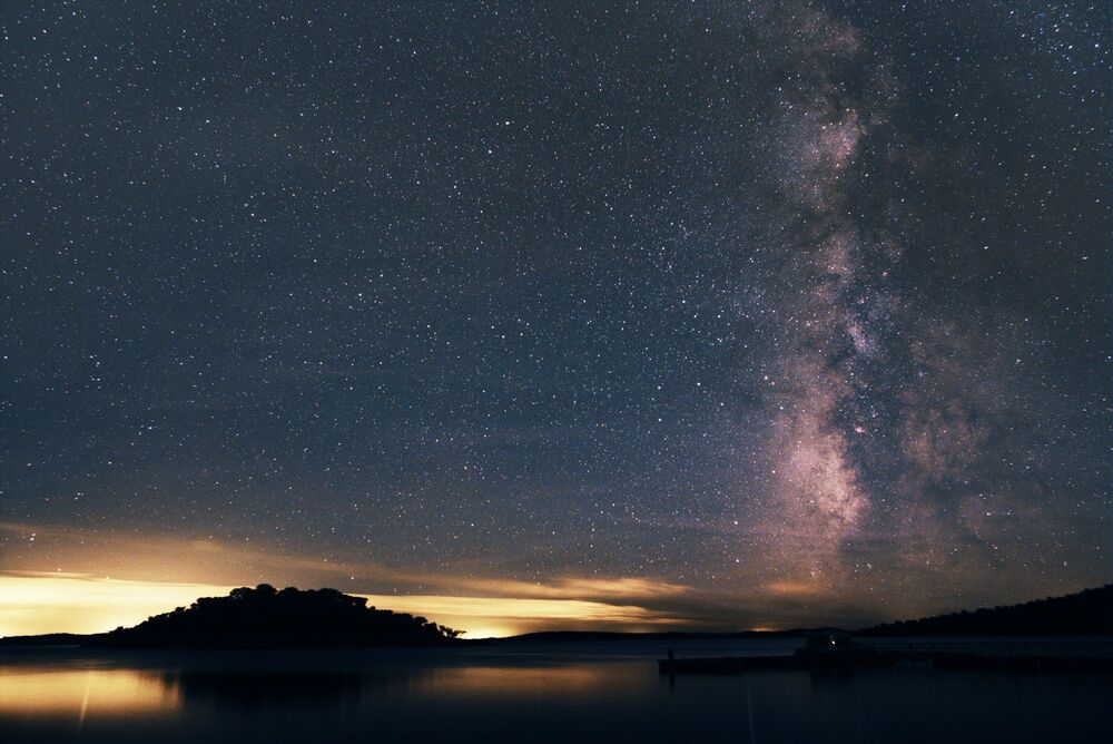 سماء مرصعة بالنجوم فوق منطقة ألكيفا في البرتغال