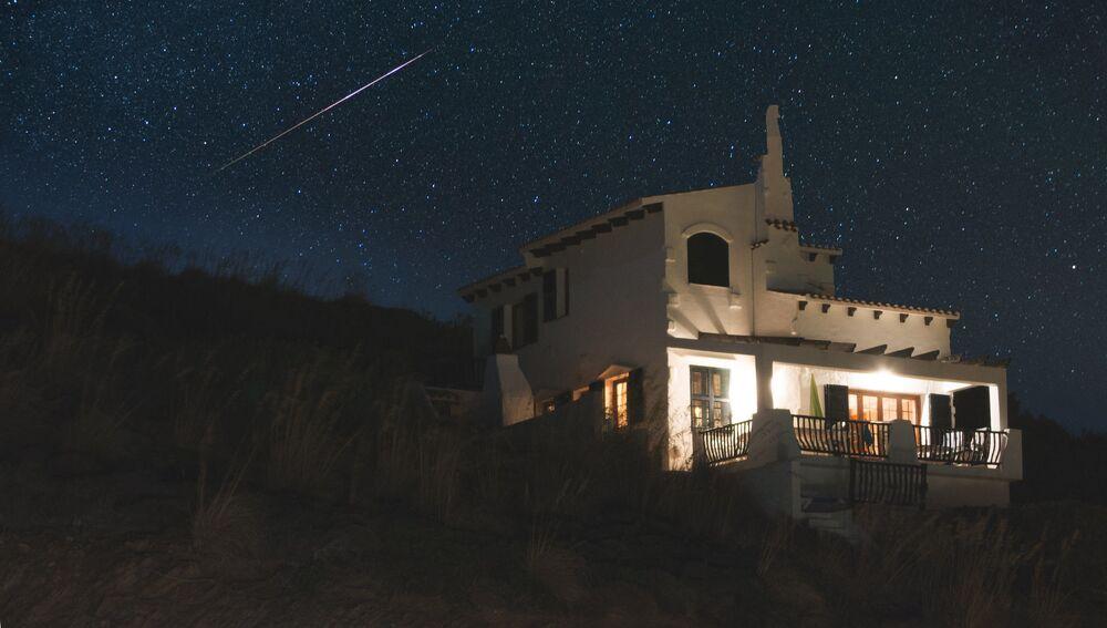 السماء المرصعة بالنجوم فوق جزيرة منورقة (التابعة لإسبانيا) في البحر الأبيض المتوسط
