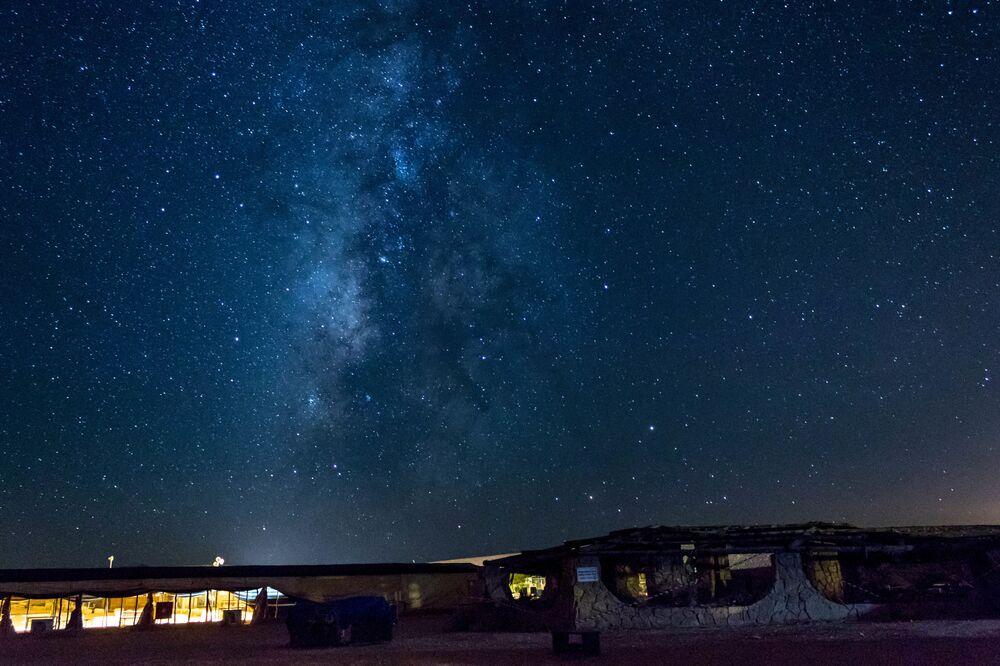 يمكن رؤية مجة درب التبانة فوق وادي الرمان في صحراء النقب، إسرائيل