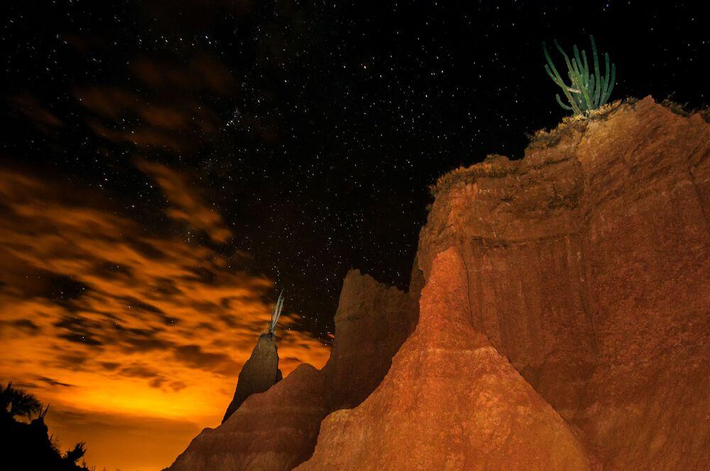 سماء الليل المرصعة بالنجوم فوق صحراء تاتاكوا في كولومبيا