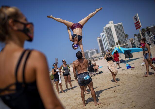 ألعاب الجمباز في إطار الاحتجاجات على قرار الحكومة بإغلاق الشواطئ بسبب جائحة فيروس كورونا في تل أبيب، إسرائيل 19 سبتمبر 2020
