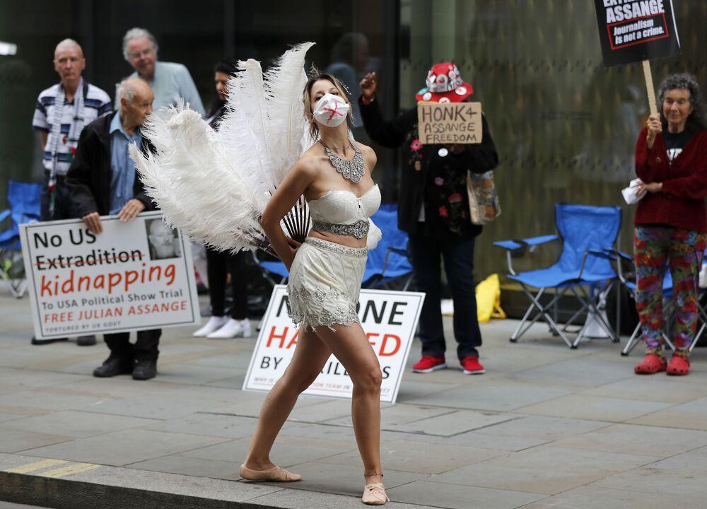 راقصة في مظاهرة أمام محكمة أولد بيلي الجنائية المركزية في لندن، حيث تقام جلسة استماع حول ملف تسليم جوليان أسانج إلى الولايات المتحدة، بريطانيا 21 سبتمبر 2020