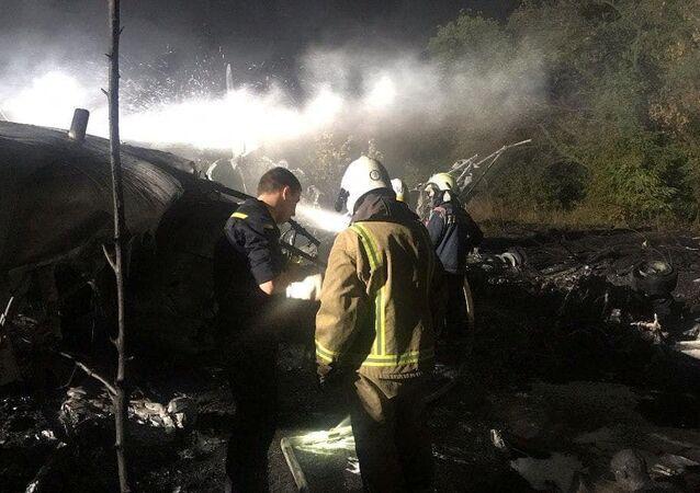 عمال الإنقاذ في موقع تحطم طائرة عسكرية أوكرانية أنتونوف آن -26