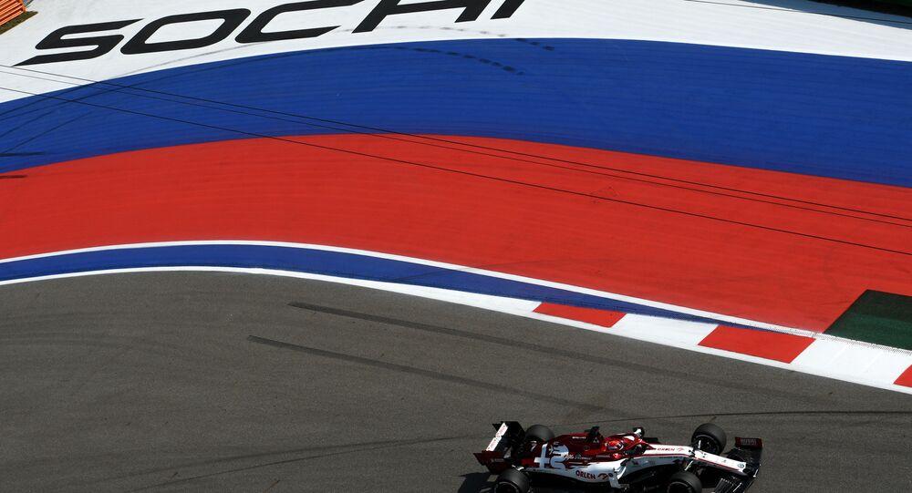 كيمي رايكونين من فريق ألفا روميو خلال المرحلة الأولى من جولة من السباق الحر من جائزة روسيا الكبرى فورمولا 1، في مدينة سوتشي الروسية، 25 سبتمبر 2020