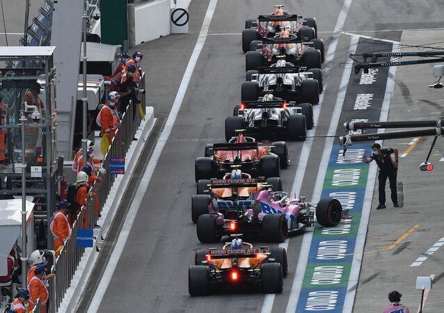المشاركون في سباق جائزة روسيا الكبرى فورمولا 1 على خط بداية الإنطلاق، في مدينة سوتشي الروسية، 26 سبتمبر 2020