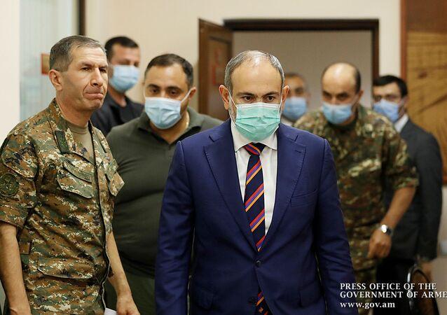 التصاعد العسكري بين أرمينيا و أذربيجان - رئيس الوزراء الأرمني نيكول باشينيان يجتمع مع قوات الدفاع الأمرنية في يريفان، أرمينيا 27 سبتمبر 2020