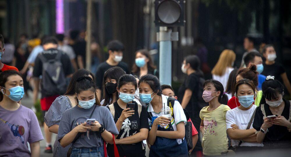 أشخاص يرتدون كمامة واقية من فيروس كورونا المستجد في بكين الصين 2020