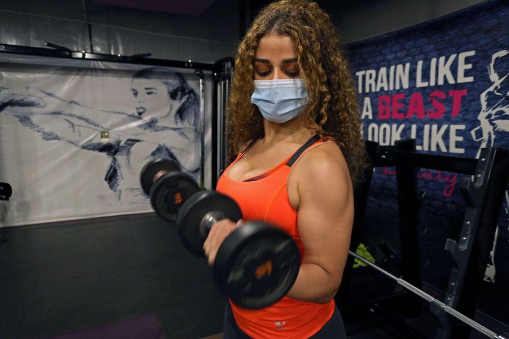 السعودية بلقيس، خلال التمرين في صالة رياضية في الرياض، وسط انتشار مرض فيروس كورونا (كوفيد -19) في المملكة العربية السعودية، 29 سبتمبر 2020