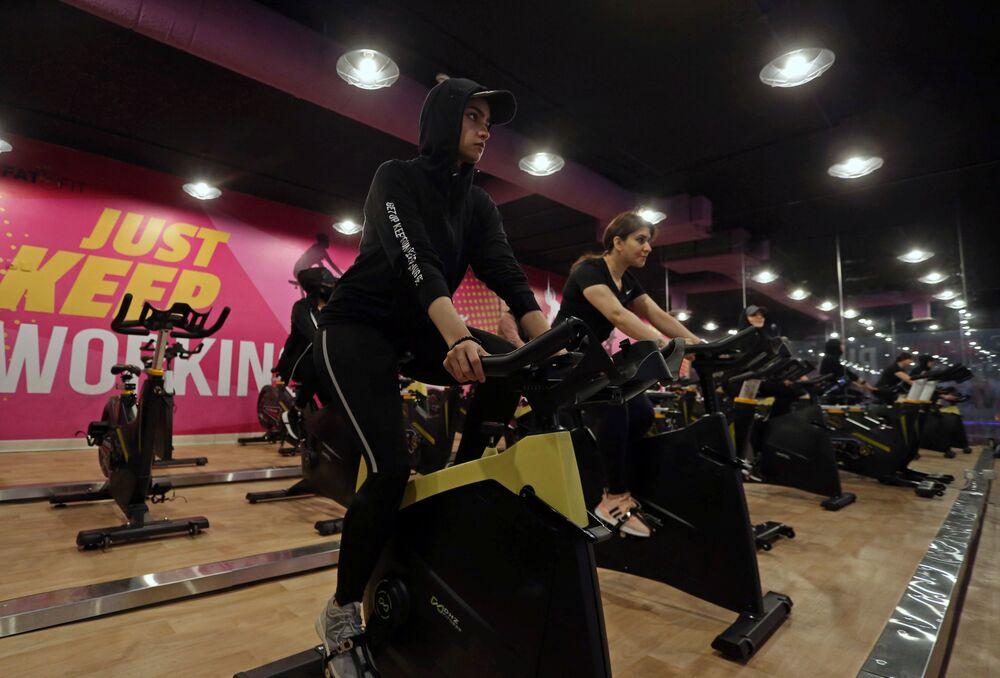 النساء السعوديات أثناء التمرين في صالة رياضية في الرياض، وسط انتشار مرض فيروس كورونا (كوفيد -19) في المملكة العربية السعودية، 24 سبتمبر 2020