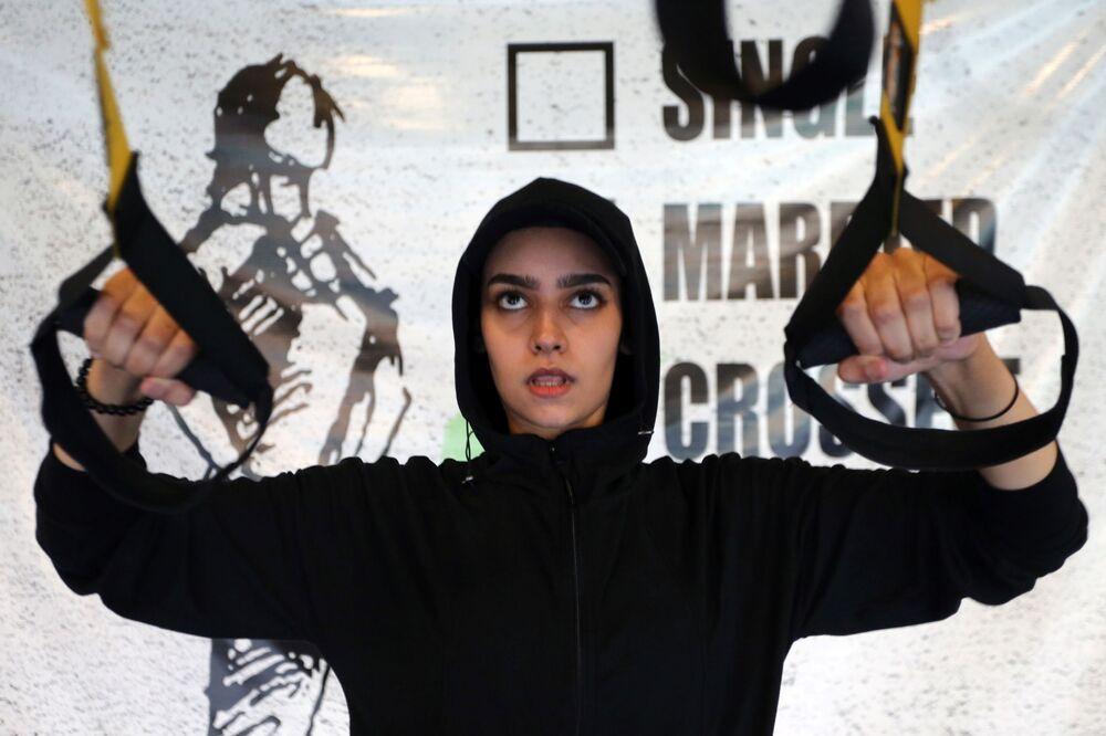 السعودية فيروز العمري أثناء التمرين في صالة رياضية في الرياض، وسط انتشار مرض فيروس كورونا (كوفيد -19) في المملكة العربية السعودية، 28 سبتمبر 2020