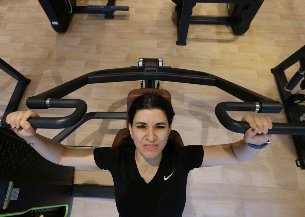السعودية رهام صالحيه أثناء التمرين في صالة رياضية في الرياض، وسط انتشار مرض فيروس كورونا (كوفيد -19) في المملكة العربية السعودية، 28 سبتمبر 2020