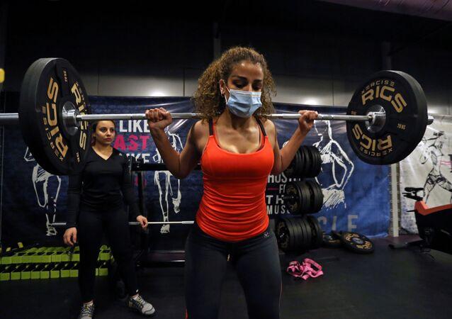 السعودية بلقيس، خلال التمرين في صالة رياضية في الرياض، وسط انتشار مرض فيروس كورونا (كوفيد -19) في المملكة العربية السعودية، 26 سبتمبر 2020