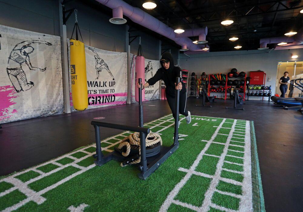 السعودية فيروز العمري أثناء التمرين في صالة رياضية في الرياض، وسط انتشار مرض فيروس كورونا (كوفيد -19) في المملكة العربية السعودية، 24 سبتمبر 2020