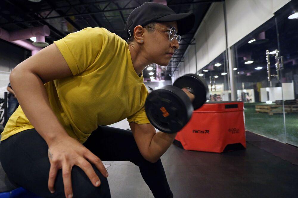 السعودية فاطمة أثناء التمرين في صالة رياضية في الرياض، وسط انتشار مرض فيروس كورونا (كوفيد -19) في المملكة العربية السعودية، 26 سبتمبر 2020
