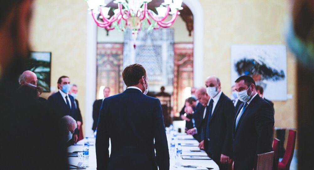 الرئيس الفرنسي ماكرون خلال لقاءه الزعماء اللبنانيين في قصر الصنوبر