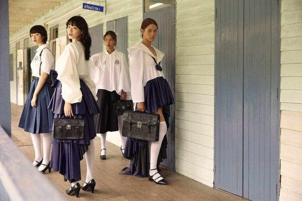عارضات أزياء يقدمن الزي البديل للزي المدرسي الرسمي في تايلاند، من تصميم المصمم تين تونسوبون