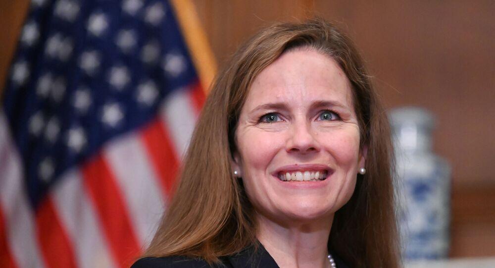 القاضية الأمريكية إيمي كوني فيفيان باريت، التي رشحها الرئيس الأمريكي دونالد ترامب لتكون خلفا للقاضية الراحلة روث بادر جينسبيرغ في المحكمة العليا، 30 سبتمبر 2020