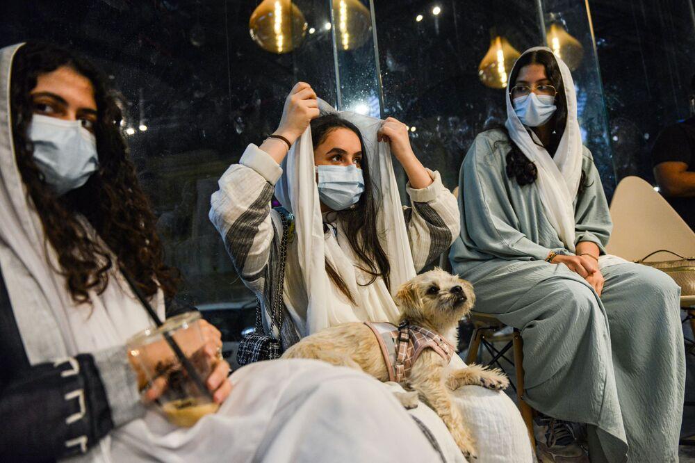 زوار برفقة كلابهم في مقهى Barking Lot في مدينة الخبر، المملكة العربية السعودية 25 سبتمبر 2020