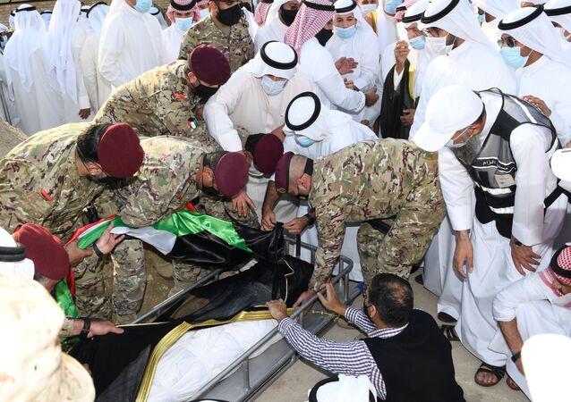 لحظة وصول جثمان أمير الكويت الراحل، الشيخ صباح الأحمد الجابر الصباح، إلى مقبرة الصليبيخات