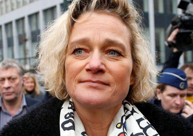 الفنانة البلجيكية دلفين بويل تغادر قاعة المحكمة بعد جلسة استماع جديدة في معركتها القانونية لإثبات أن الملك البلجيكي السابق ألبرت الثاني هو والدها