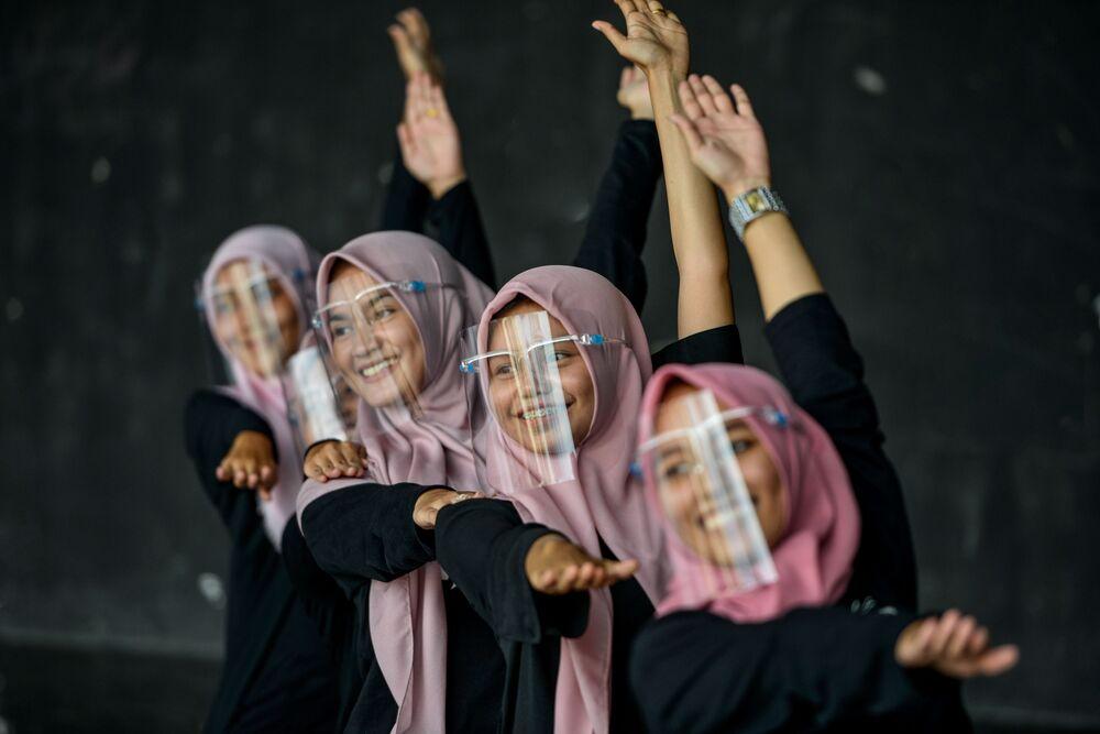 راقصات يرتدين أقنعة للوجه كإجراء وقائي ضد مرض فيروس كورونا كوفيد-19 خلال تدريب في مركز فني ثقافي في باندا آتشيه، إندونيسيا 26 سبتمبر 2020