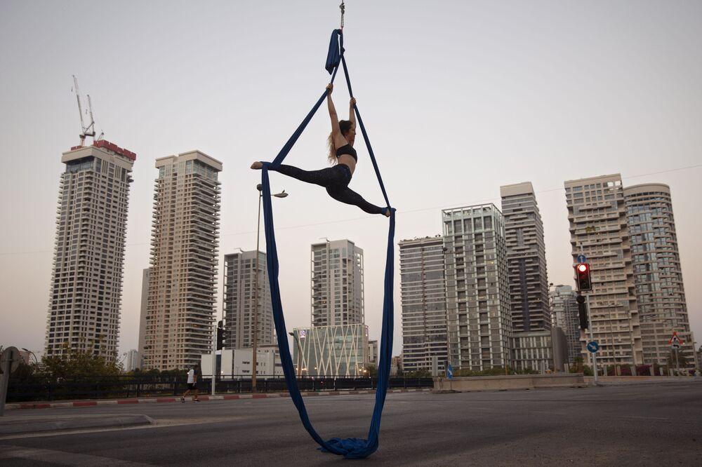 الإسرائيلية شاي ريلسكي خلال أدئها ألعاب بهلوانية بمناسبة عطلة يوم الغفران اليهودي في تل أبيب، إسرائيل 28 سبتمبر 2020