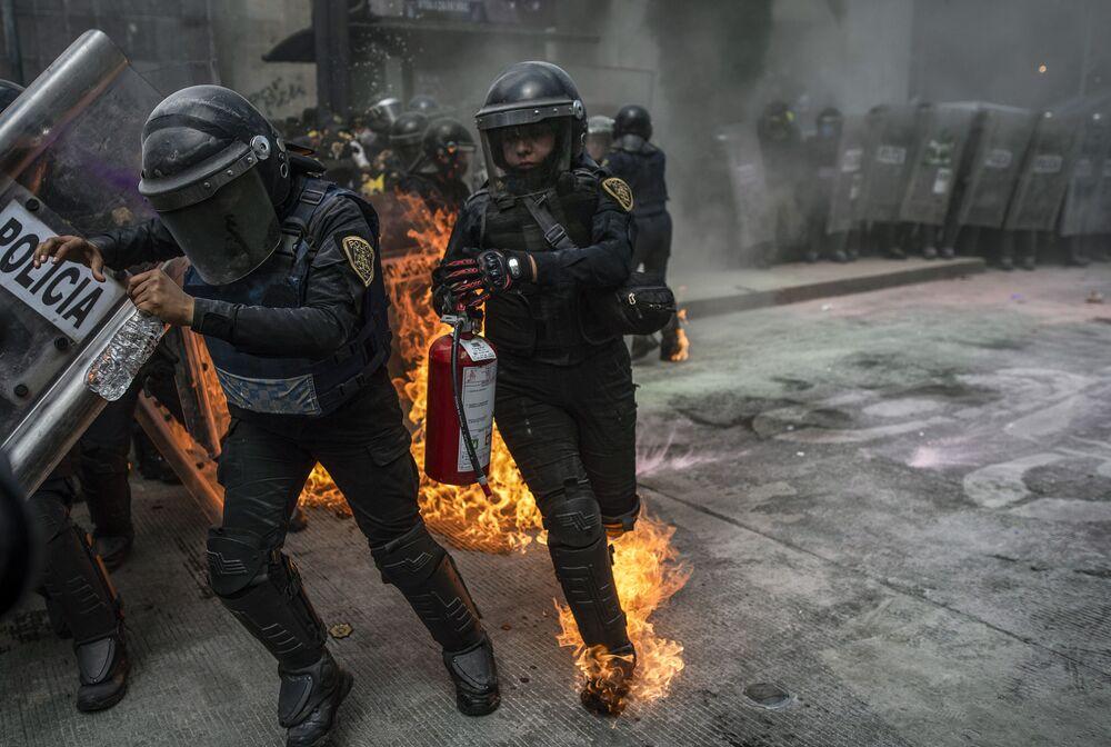 اشتباكات بين مؤيدي تقنين عمليات الإجهاض وشرطة مكافحة الشغب خلال مظاهرة في إطار اليوم العالمي للإجهاض الآمن، في مكسيكو سيتي، المكسيك 28 سبتمبر 2020