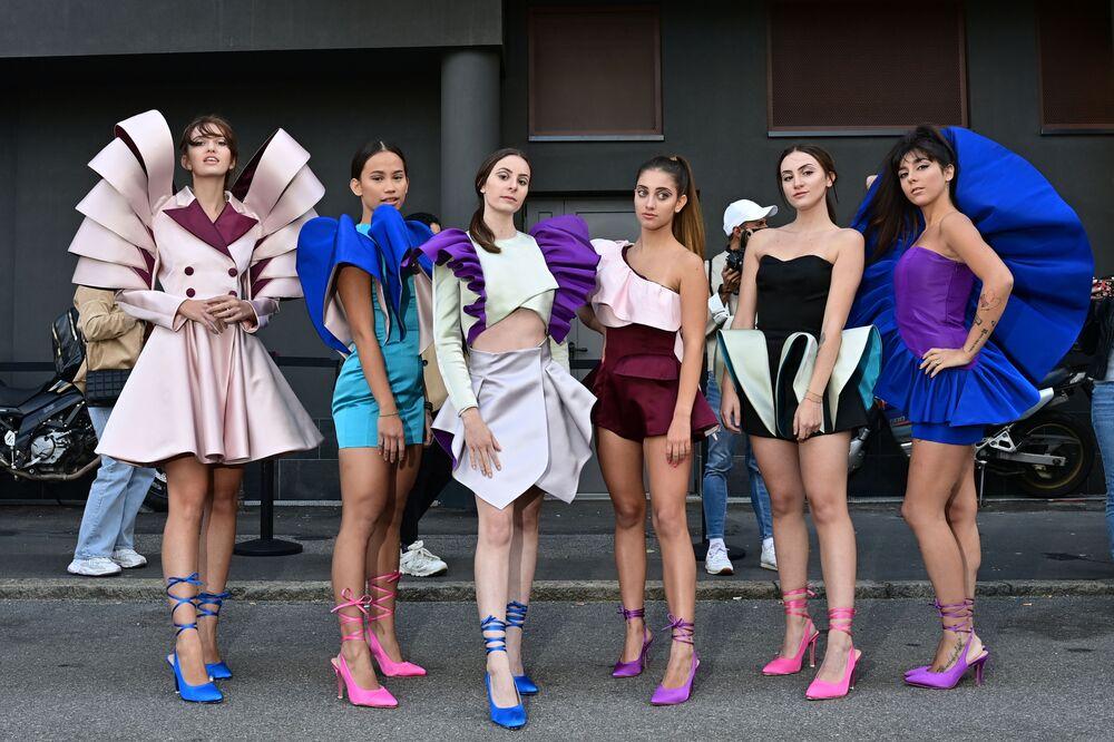 الممصمة نورا بوريلي (يمين) مع طالباتها من معهد مارانغوني لتصميم الأزياء وأصدقائها أزياء في إطار أسبوع الموضة لمجموعة ربيع/ خريف 2021 في ميلانو، إيطاليا 27 سبتمبر 2020