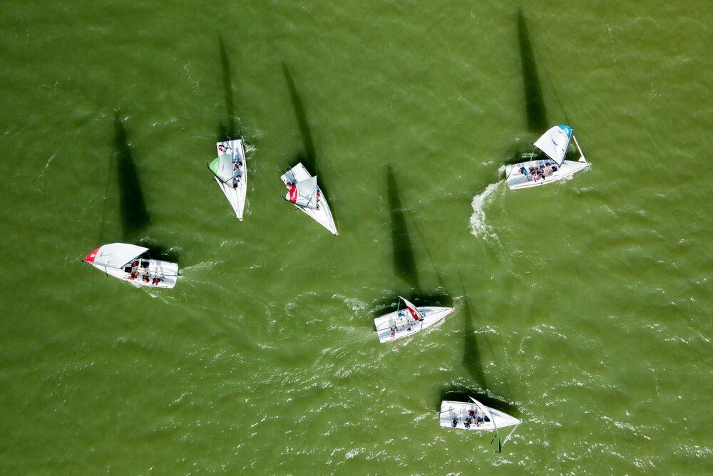 المشاركون في سباق القوارب الشراعية في إطار المرحلة الرابعة من كأس فئة mX700 على بحيرة أبراو في إقليم كراسنودار الروسي، 27 سبتمبر 2020