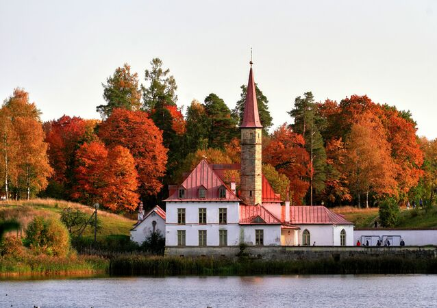 قصر بريوري على ضفاف بحيرة بلاك في بلدة غاتشينا، إقليم لينينغراد، روسيا 27 سبتمبر 2020