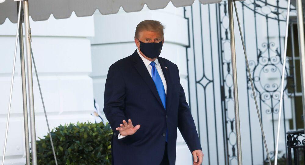 الرئيس الأمريكي دونالد ترامب يلوح بديه أثناء توجهه إلى مروحية مارين وان للتوجه إلى مركز والتر ريد الطبي العسكري الوطني بعد أن ثبتت إصابته بمرض فيروس كورونا