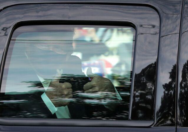الرئيس الأمريكي دونالد ترامب يغادر المستشفى ويحيي مؤيديه الأحد 4 أكتوبر تشرين الأول 2020