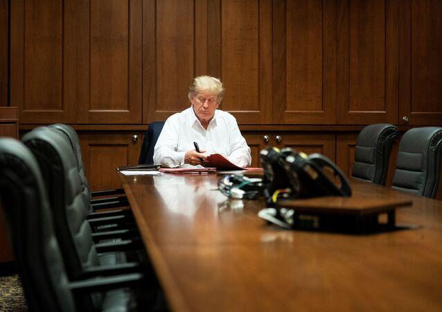 الرئيس الأمريكي دونالد ترامب أثناء قاعة المؤتمرات في المركز الطبي ولتر ريد في بيثيسدا، ماريلاند، الولايات المتحدة 3 أكتوبر 2020
