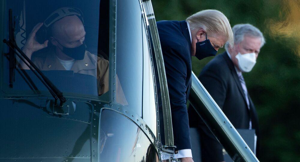 الرئيس الأمريكي دونالد ترامب يحي لأنصاره الواقفين يصل المركز الطبي ولتر ريد في بيثيسدا، ماريلاند، الولايات المتحدة 2 أكتوبر 2020