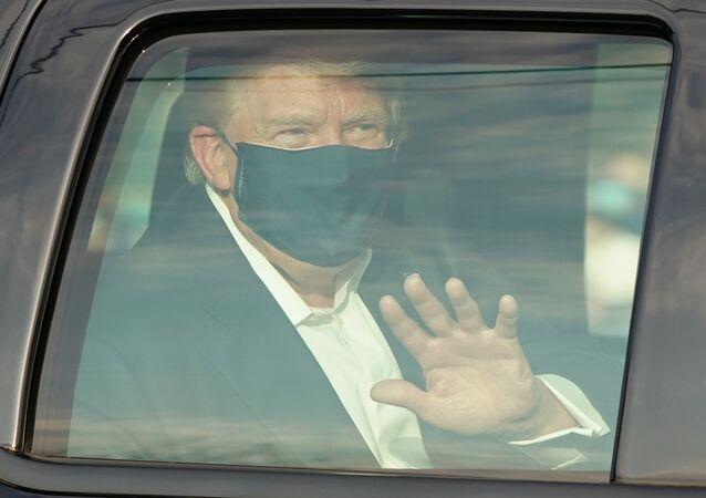 الرئيس الأمريكي دونالد ترامب يحي لأنصاره الواقفين خارج المركز الطبي ولتر ريد في بيثيسدا، ماريلاند، الولايات المتحدة 4 أكتوبر 2020