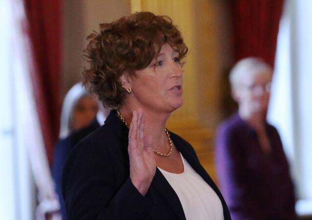 امرأة متحولة جنسياً تصبح نائبة لرئيس وزراء بلجيكا، بيترا دى سوتير، تؤدي اليمين أمام ملك بلجيكا 1 أكتوبر 2020