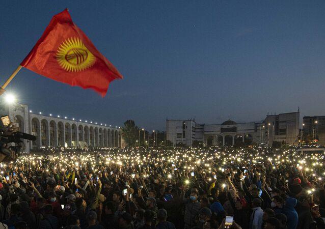 محتجون يقتحمون مبنى البيت الأبيض مقر الرئاسة في قرغيزستان