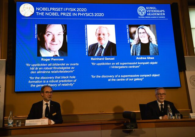 جائزة نوبل في الفيزياء لعام 2020، تُمنح بالمناصفة بين العالم روجر بنروز والعالمين رينهارد جينزل وأندريا جيز، لاكتشافهم أحد أعظم أسرار الكون، التي تتعلق بالثقوب السوداء، 6 أكتوبر 2020