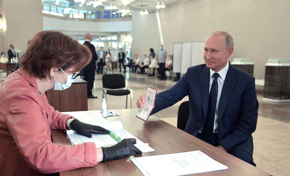 الرئيس فلاديمير بوتين يدلي بصوته في انتخابات الدوما الروسية، في مركز الاقتراع رقم 2151 في مبنى أكاديمية العلوم الروسية (ران)، 1 يونيو 2020