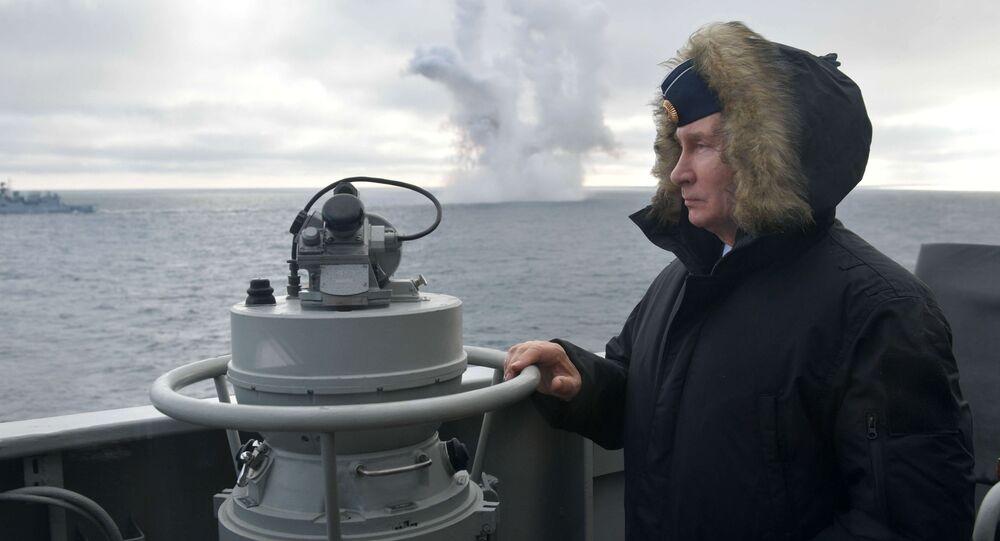 القائد الأعلى للقوات المسلحة الروسية، رئيس روسيا الاتحادية، فلاديمير بوتين ، يراقب سير المناورات المشتركة لأسطولي البحر الشمالي والبحر الأسود في مياه البحر الأسود من على متن طراد الصواريخ مارشال أوستينوف، 9 يناير 2020