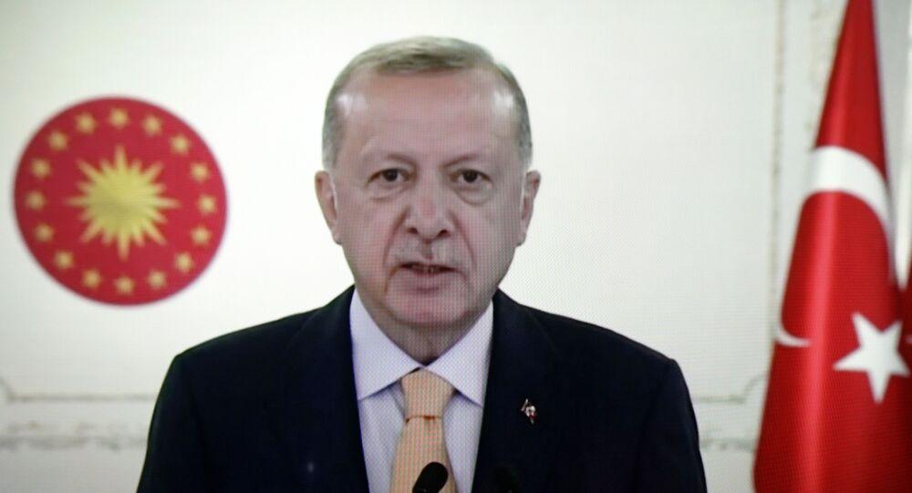 جزء من إذاعة خطاب الرئيس التركي رجب طيب أردوغان برسالة فيديو في الدورة 75 للجمعية العامة للأمم المتحدة.