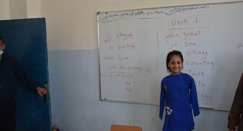 الطفلة حنان الحمادة في المدرسة الابتدائية في حي الضاحية وسط مدينة دير الزور شرق سوريا