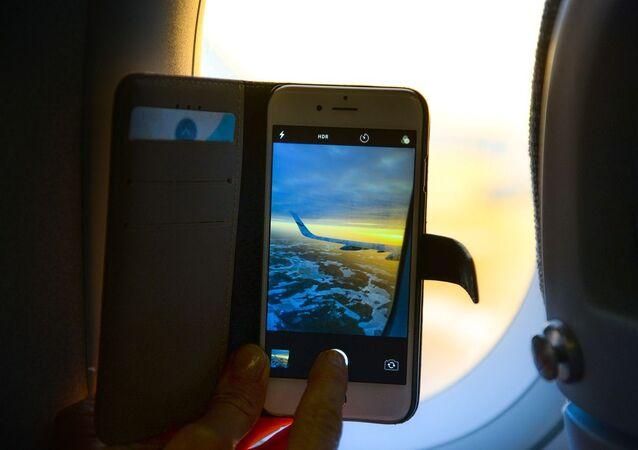 استخدام الهاتف الذكي على متن طائرة