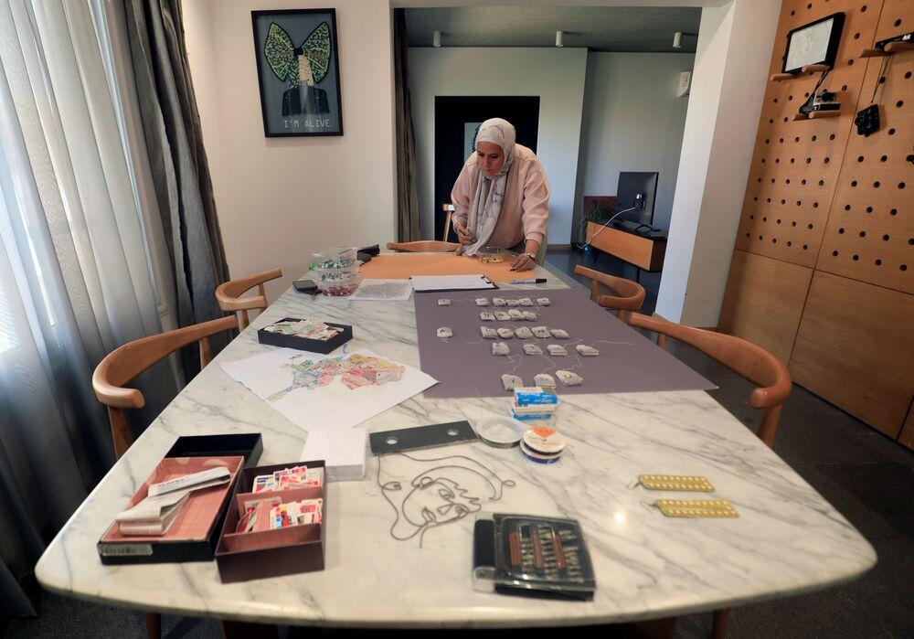 الفنانة المصرية أمل صلاح (35 عاما)، تعمل على لوحات فنية في منزلها، القاهرة 6 أكتوبر 2020