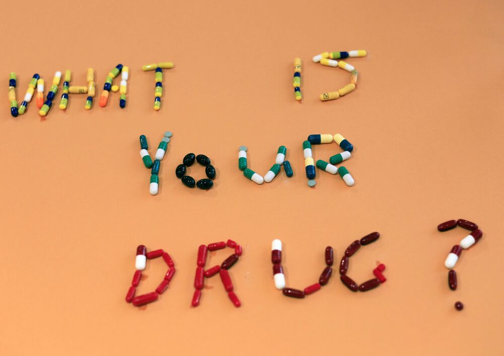 نص What's your drug? (ما هو دواؤك؟) من حبوب الأدوية من عمل الفنانة المصرية أمل صلاح، في منزلها، القاهرة 6 أكتوبر 2020