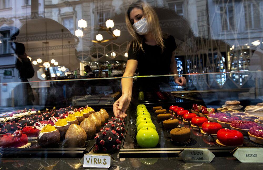 حلوى على شكل فيروس كورونا (SARS-CoV-2) في مقهى بمدينة براغ، جمهورية التشيك 5 أكتوبر 2020